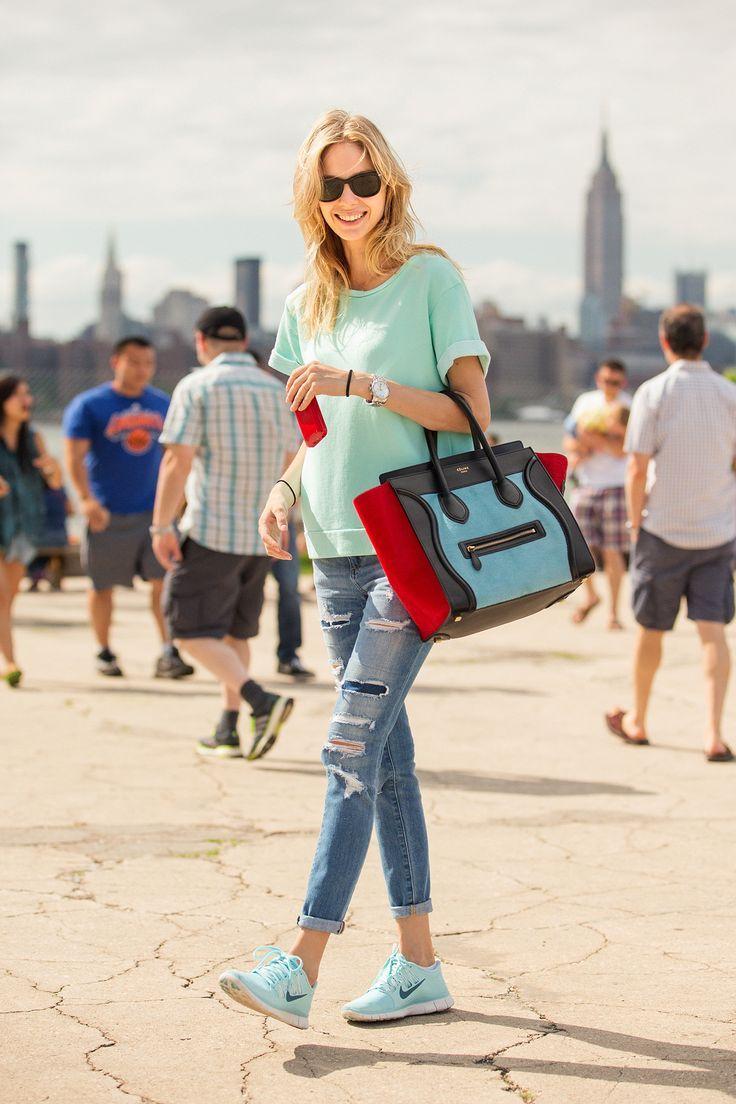 Мы подобрали несколько образов сочетания сумок Celine и Chanel с  обыкновенными кедами. ad0d207cf55