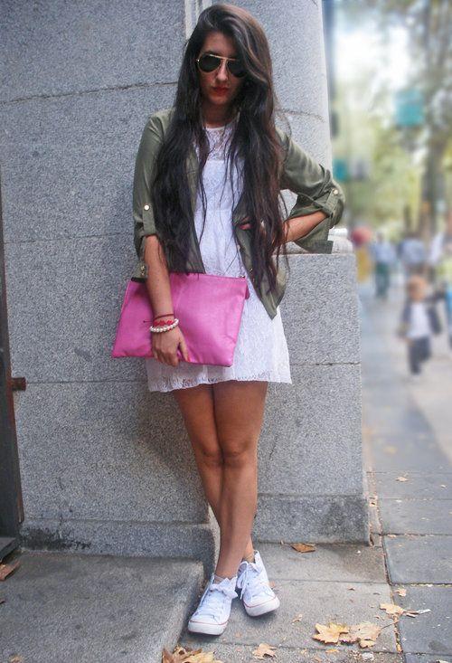 91d78049dc51c9 А к простому белому платью можете выбрать цветную обувь — оттенок зависит  только от вашей фантазии.